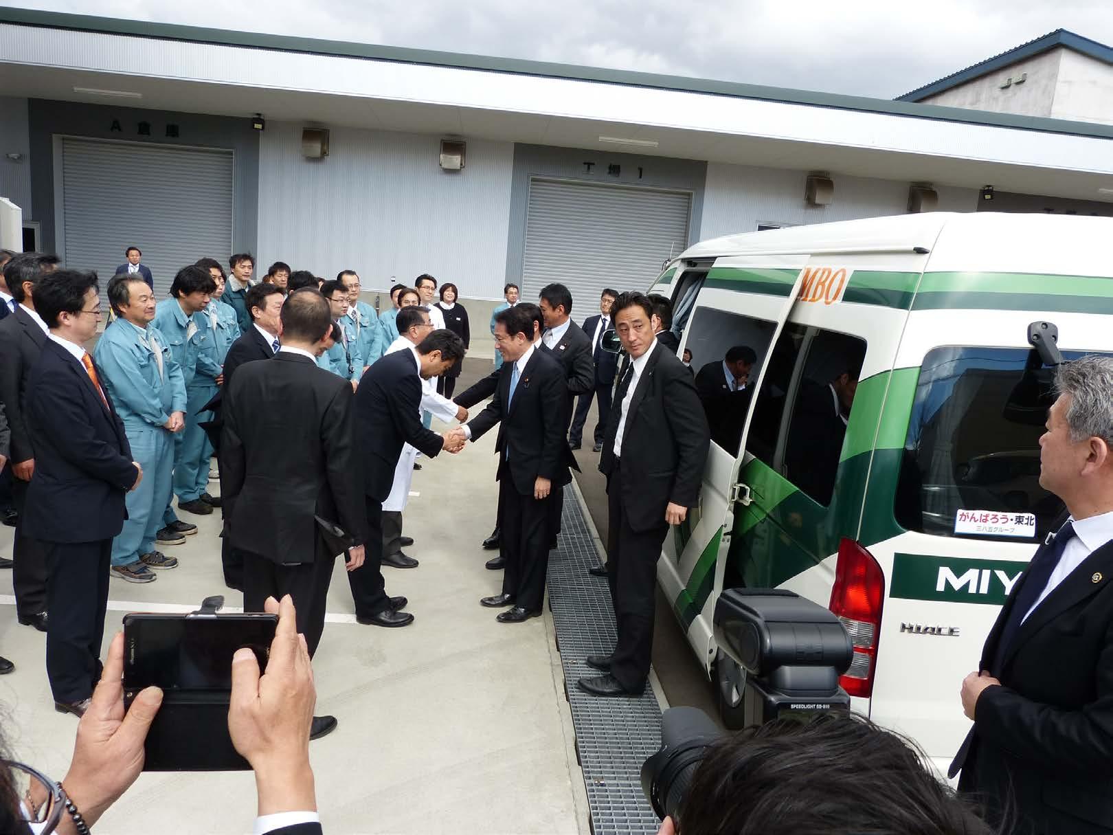 服部会長、鳴瀨社長と握手を交わす岸田外相と、各国大使および大使館職員の皆様